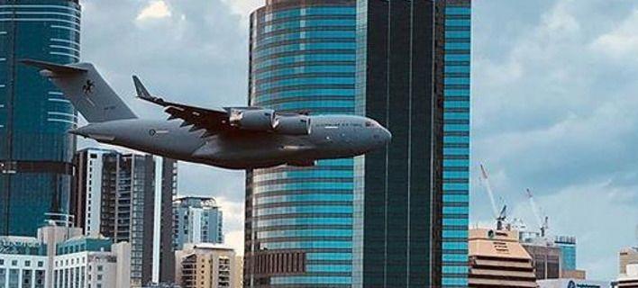 Βίντεο τρόμος: Αεροπλάνο της RAAF πετάει χαμηλά μέσα σε πόλη -Σλάλομ ανάμεσα σε ουρανοξύστες