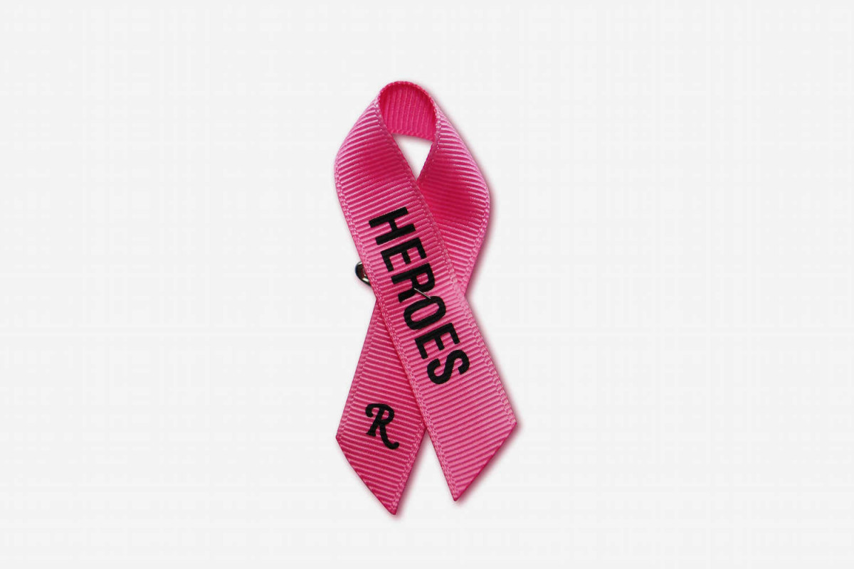 Με τη λέξη HEROES ο Ραφ Σίμονς περιγράφει όλες τις ισχυρές γυναίκες, οι οποίες με θάρρος μάχονται κατά του καρκίνου του μαστού