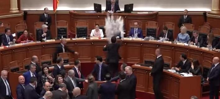 Τον Εντι Ράμα αλεύρωσαν βουλευτές της αντιπολίτευσης μέσα στο κοινοβούλιο