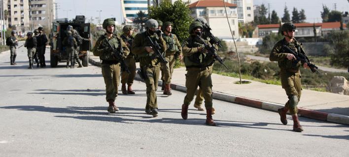 Ισραηλινοί στρατιώτες διενεργούν ελέγχους στη Ραμάλα (Φωτογραφία: AP/Majdi Mohammed)