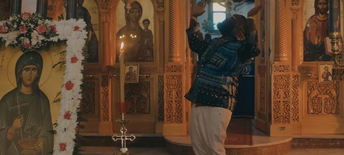 Χορεύοντας με φόντο τις εικόνες: Γνωστός Αμερικανός ράπερ γύρισε το νέο του βίντεο κλιπ μέσα σε εκκλησία στη Σαντορίνη [βίντεο]