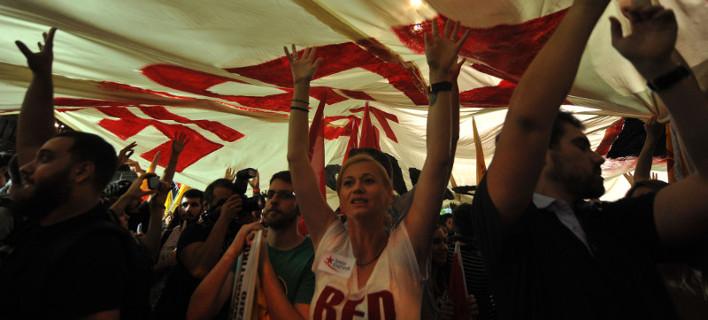 Το σόου της Ραχήλ: Εστρωσε «κόκκινο χαλί» και αποθέωσε τη Ζωή σαν να ήταν σε γήπεδο [εικόνες]