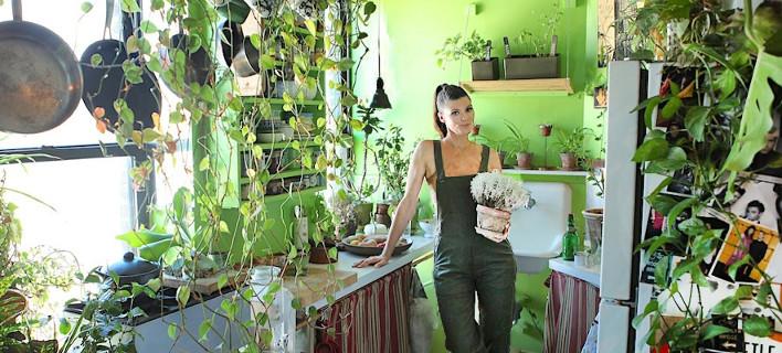 Η Νεοϋορκέζα που μετέτρεψε ένα μικρό διαμέρισμα σε δάσος -Ζει με 500 φυτά [βίντεο]