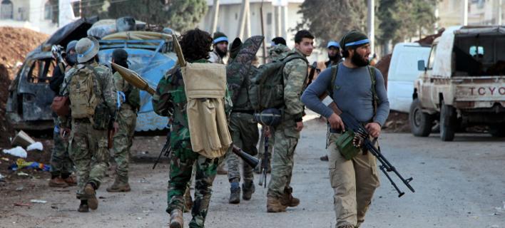 Σύροι αντάρτες, σύμμαχοι της Άγκυρας στο κέντρο της Αφρίν (Φωτογραφία: ΑΡ)