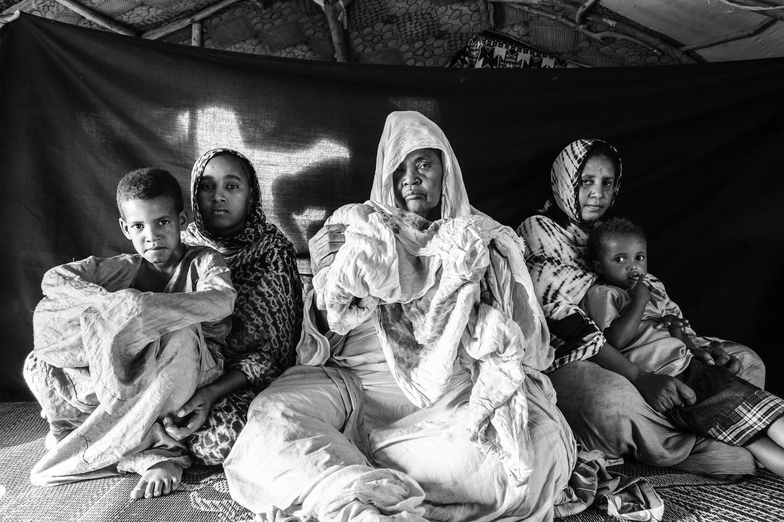 Συγκινητικές φωτογραφίες προσφύγων που κρατούν ότι πολυτιμότερο έχουν [εικόνες]