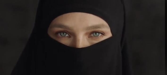 Η Μπαρ Ραφαέλι με χιτζάμπ. Φωτογραφία: Facebook