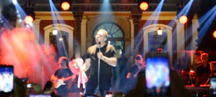 Πυροτεχνήματα, σαμπάνιες, βουτιές στη θάλασσα -Ολα όσα έγιναν στη συναυλία του Ρέμου στη Μύκονο με τα 1.000 ευρώ είσοδο [βίντεο]