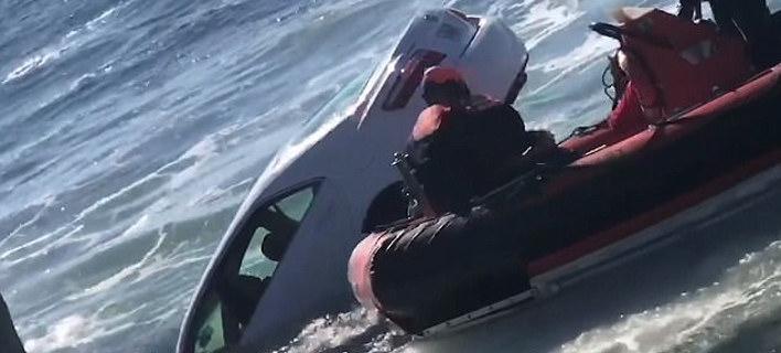 Στιγμές αγωνίας έζησε ο 89χρονος οδηγός μέχρι να τον απεγκλωβίσουν οι διασώστες (Φωτογραφία: ΑΡ)