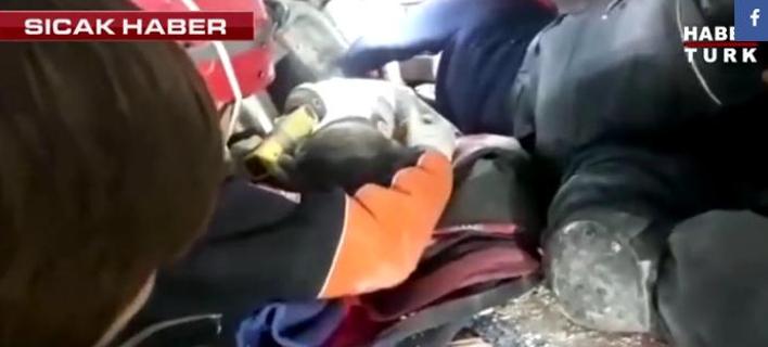 Ο μικρός Μαχμούτ ανασύρθηκε τραυματισμένος από τα ερείπια εννιά ώρες μετά την κατάρρευση της πολυκατοικίας (Φωτογραφία: YouTube)