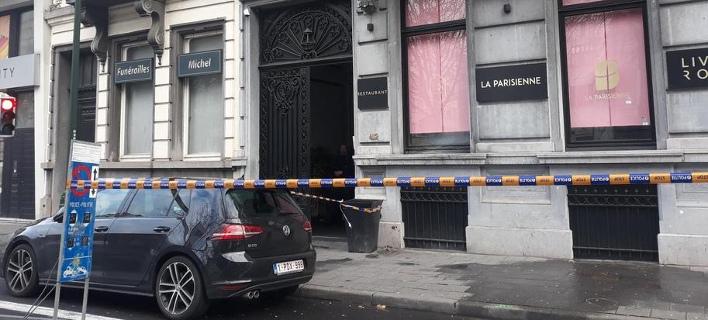 H αστυνομία βρήκε τρεις τρύπες από σφαίρες στη βιτρίνα του εστιατορίου (Φωτογραφία: LaLibre.be)