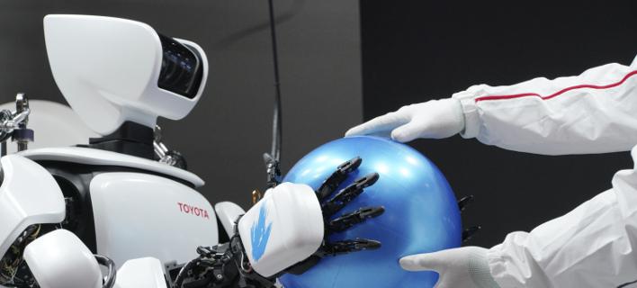 Τα ρομπότ θα βοηθούν τους επιβάτες στο αεροδρόμιο του Τόκιο (Φωτογραφία αρχείου: AP/ Eugene Hoshiko)