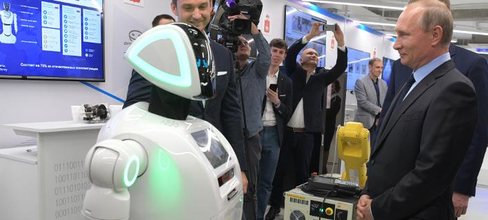 Πρόσφατη «συνάντηση» του Πούτιν με ρομπότ (Φωτογραφία: AP/ Alexei Druzhinin)