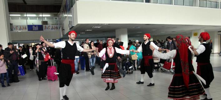 Υποδοχή τουριστών, με χορούς, στο αεροδρόμιο της Ρόδου / Φωτογραφία: EUROKINISSI