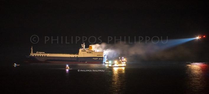 Κατασβέστηκε η πυρκαγιά στο πλοίο ανοιχτά της Ρόδου [εικόνες]
