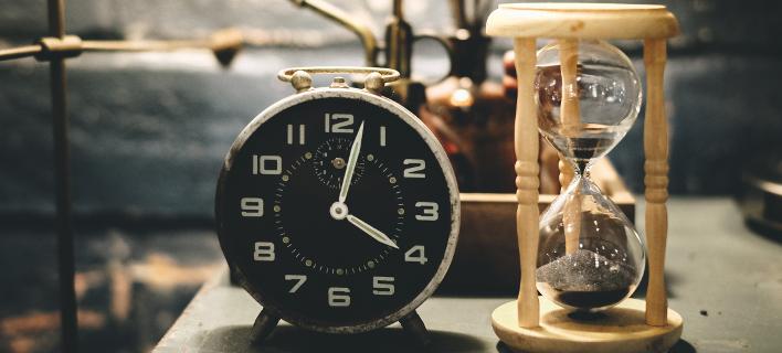 ρολόι και κλεψύδρα/Φωτογραφία: Shutterstock