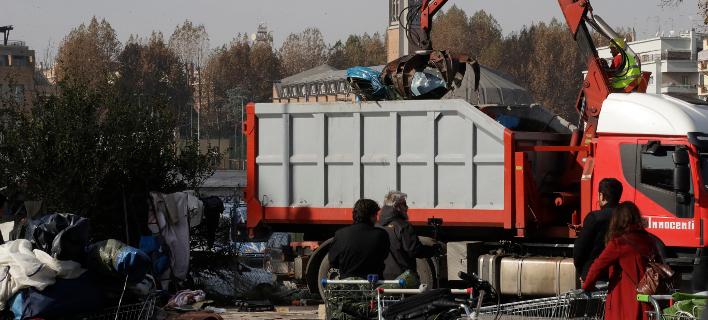 200 πρόσφυγες, άστεγοι και Ρομά απομακρύνθηκαν από τον καταυλισμό (Φωτογραφία: ΑΡ/Alessandra Tarantino)