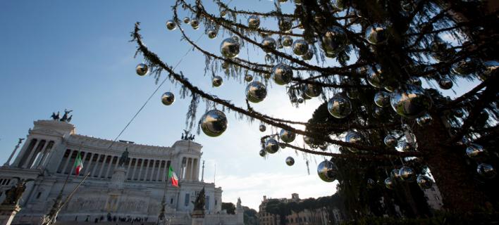 Το μαραμένο χριστουγεννιάτικο δέντρο στην Piazza Venezia (Φωτογραφία: ΑΡ)