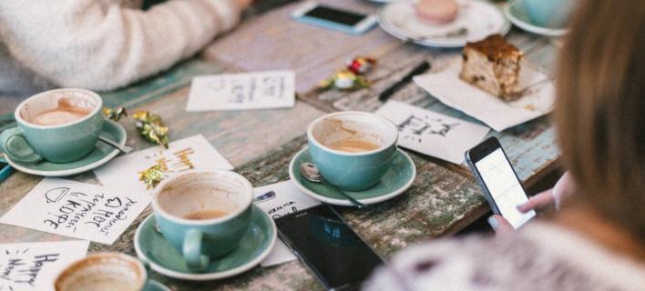 Παρέα πίνει καφέ /Φωτογραφία: Unsplash/Roman Kraft