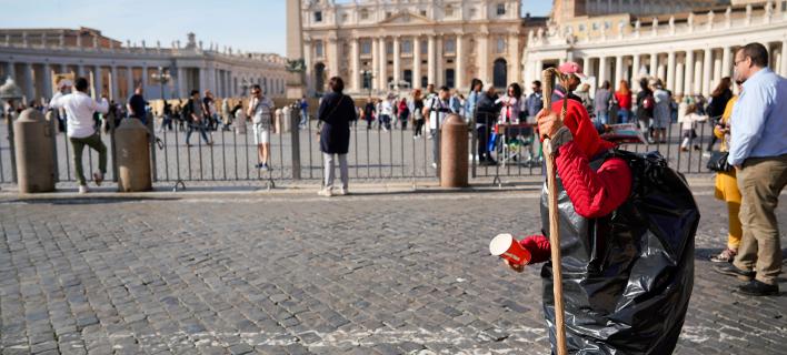 Επαίτης έξω από το Βατικανό/Φωτογραφία: ΑΡ
