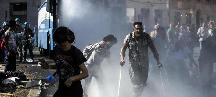 Απομάκρυναν με αντλίες νερού τους πρόσφυγες από πλατεία της Ρώμης [εικόνες]