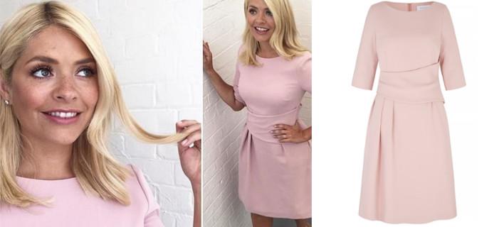 Το ροζ φόρεμα των 310 ευρώ που κολακεύει όλες -Το φοράνε παρουσιάστριες, πριγκίπισσες, σελέμπριτις [εικόνες]