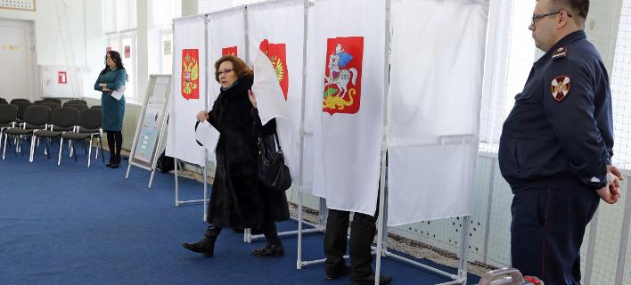 Ψηφίζουν σήμερα οι Ρώσοι (Φωτογραφία: AP/ Alexander Zemlianichenko)