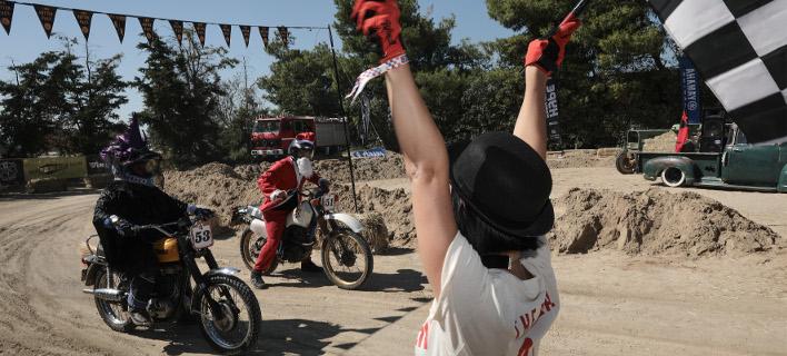 O Αϊ Βασίλης ετοιμάζεται να γκαζώσει ενάντια σε μία μάγισσα / Φωτογραφία: INTIME NEWS - Γιάννης Λιάκος