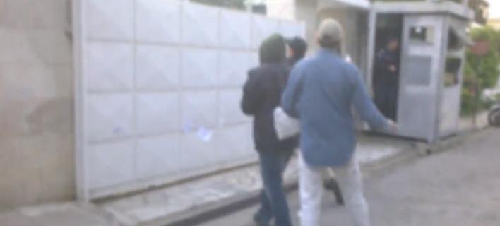 Η ανενόχλητη πορεία των μελών του Ρουβίκωνα στο σπίτι της πρέσβειρας του Ισραήλ -Το τετ τετ με τον αστυνομικό [βίντεο]