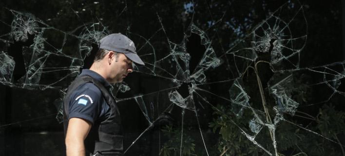 Αστυνομικός έξω από το ΚΕΠΥΟ μετά από επίθεση του Ρουβίκωνα / Φωτογραφία: Intimenews