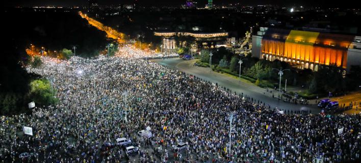 Στους δρόμους χιλιάδες Ρουμάνοι (Φωτογραφία: AP/ Vadim Ghirda)