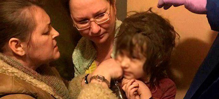 Το 5χρονο κορίτσι που βρέθηκε σε άθλια κατάσταση σε διαμέρισμα της Μόσχας. Φωτογραφία: YouTube