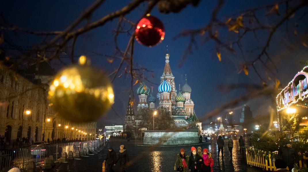 Στολισμένη η Κόκκινη Πλατεία της Μόσχας ενόψει Χριστουγέννων -Φωτογραφία: AP Photo/Pavel Golovkin