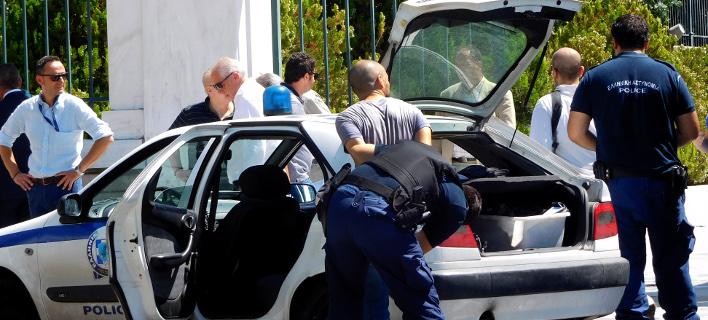 Η στιγμή της σύλληψης μελών του Ρουβίκωνα (Φωτογραφία: EUROKINISSI /ΓΙΩΡΓΟΣ ΚΟΝΤΑΡΙΝΗΣ)