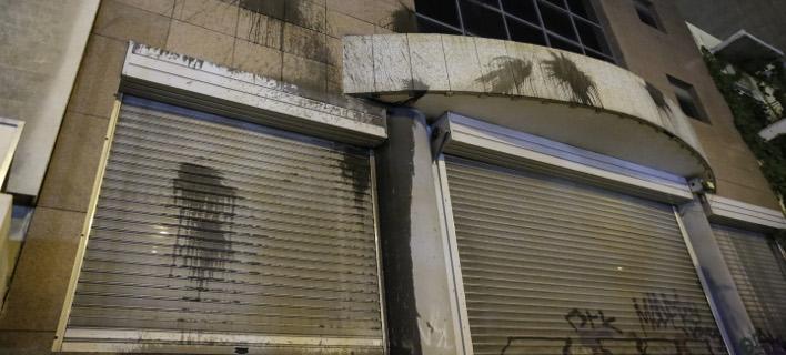 Επίθεση Ρουβίκωνα με μπογιές στη διεύθυνση του Υπουργείου Υποδομών [εικόνες]