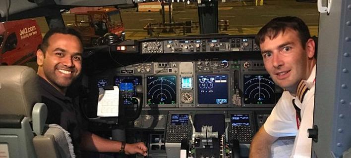 Ο Σάαντ Τζιλάνι ποζάρει με τον πιλότο του αεροσκάφους