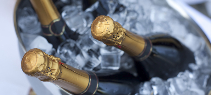 Φωτιγραφία: Shutterstock/ Ανδρας έπεσε σε κώμα αφού επιχείρησε να ανοίξει σαμπάνια ανάμεσα στα πόδια του την Πρωτοχρονιά