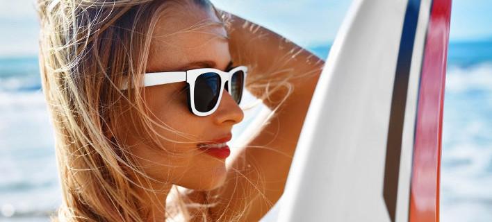 Γυναίκα ποζάρει στον φακό/ Φωτογραφία Shutterstock