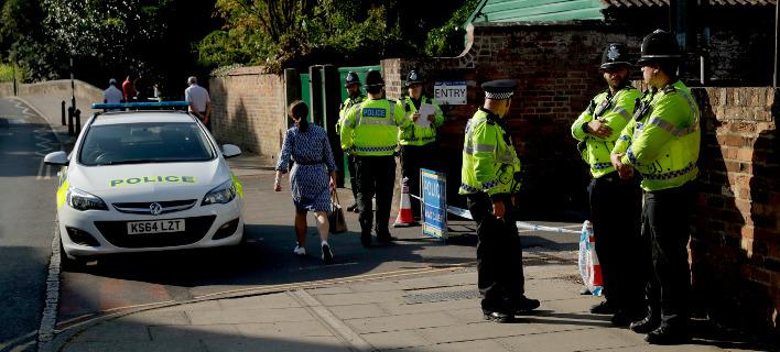 Η αστυνομία έχει αποκλείσει ένα πάρκο που επισκέφθηκε το ζευγάρι των Βρετανών στο Σάλσμπερι (Φωτογραφία: ΑΡ)