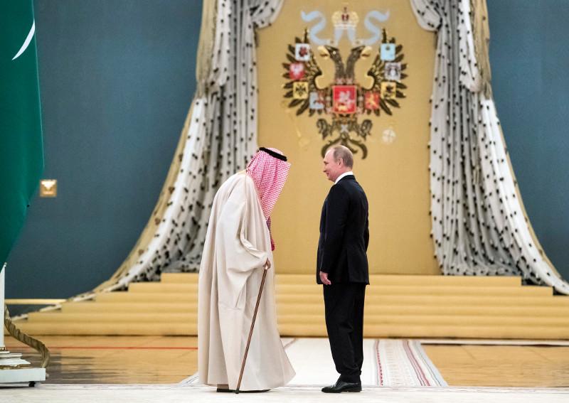 Χρυσό ατύχημα: Οταν η χρυσή κυλιόμενη σκάλα του αεροπλάνου σταμάτησε ξαφνικά και ο βασιλιάς της Σαουδικής Αραβίας τα... έχασε!