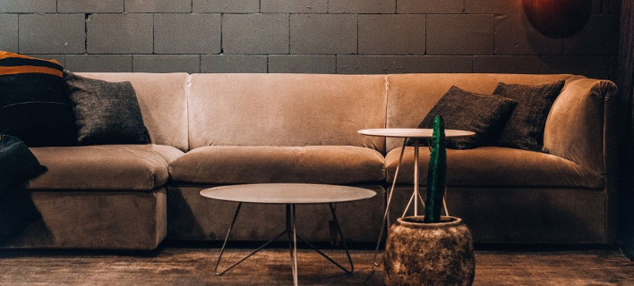Στο σαλόνι ενός design διαμερίσματος/ Φωτογραφία: Pexels/ Luka Siemionov