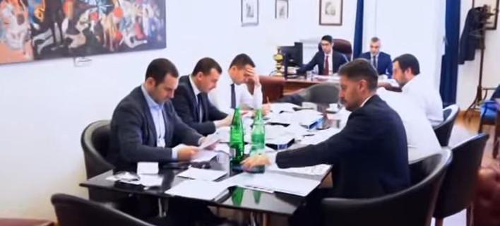 Ματέο Σαλβίνι, Λουίτζι Ντι Μάιο και τα επιτελεία τους επεξεργάζονται τη συμφωνία (Φωτογραφία: YouTube)