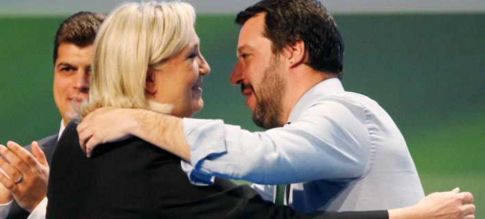 Η επικεφαλής της γαλλικής Ακροδεξιάς, Μαρίν Λεπέν και ο ηγέτης της ξενοφοβικής Λέγκα, Ματέο Σαλβίνι (Φωτογραφία: ΑΡ/ Antonio Calanni)
