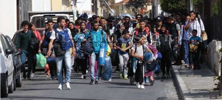 Τρόμος στη Σάμο - 250 μετανάστες έφυγαν από το hot spot απειλώντας με μαχαίρια [εικόνες & βίντεο]