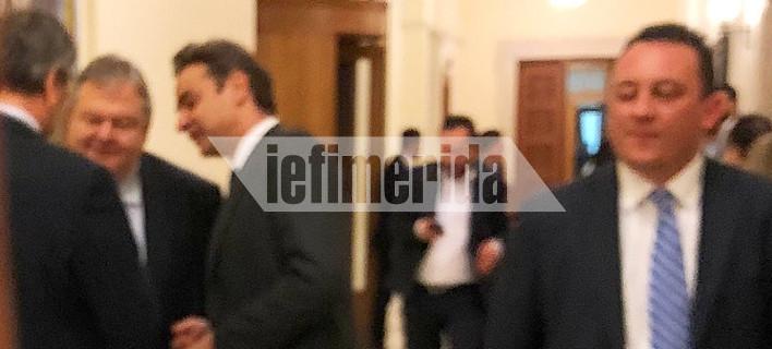 Ενα πηγαδάκι... χίλιες λέξεις: Βενιζέλος, Σαμαράς, Μητσοτάκης συζητούν στη Βουλή [εικόνα]