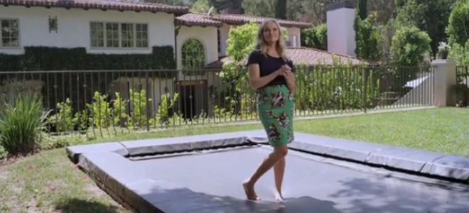 Η Ρις Γουίδερσπουν κάνει τούμπες για την Vogue, κυριολεκτικά -Οι γυμναστικές επι