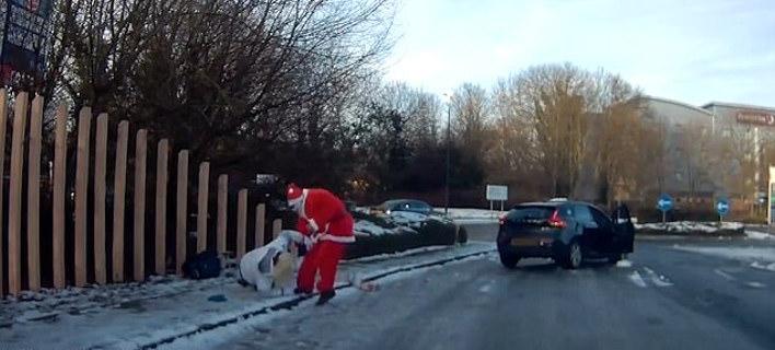 Viral: Αντρας ντυμένος Αγιος Βασίλης τρέχει και βοηθά γυναίκα που έπεσε στον πάγο [βίντεο]