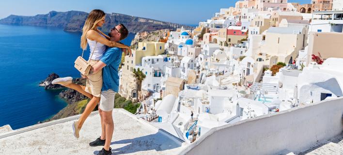 Ζευγάρι στη Σαντορίνη /Φωτογραφία: Shutterstock/Santorines