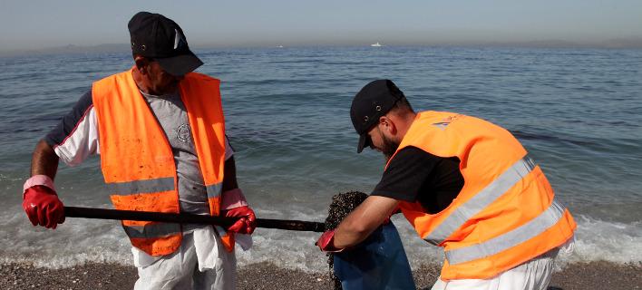 Συνεχίζονται οι προσπάθειες απορρύπανσης των ακτών / Φωτογραφία: (EUROKINISSI/ΓΙΑΝΝΗΣ ΠΑΝΑΓΟΠΟΥΛΟΣ)