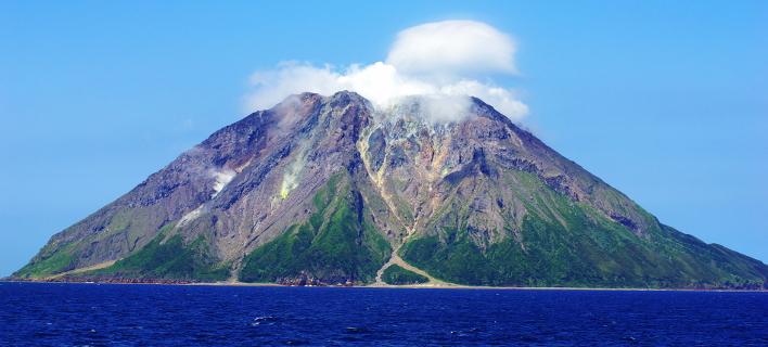 O δόμος βρίσκεται μέσα στην καλντέρα Κικάι, κάτω από το ηφαίστειοι Σατσούμα Ιβοτζίμα (Φωτογραφία: Wikipedia)