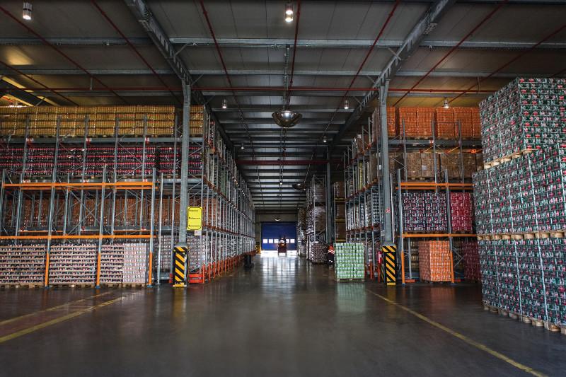 """Η υπερσύγχρονη αποθήκη 24.000 τμ διαθέτει σύστημα """"έξυπνων"""" ραφιών για τη διαχείριση των παραγγελιών"""